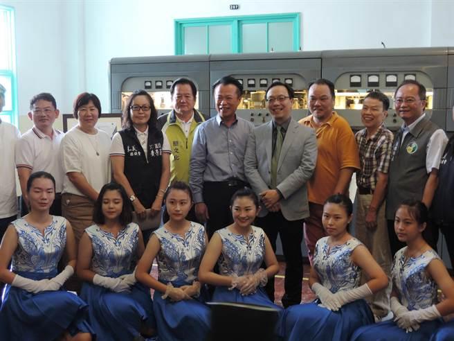 今天開展時,知名導演王小棣(後排右二)也特地南下出席開展活動。(張毓翎攝)