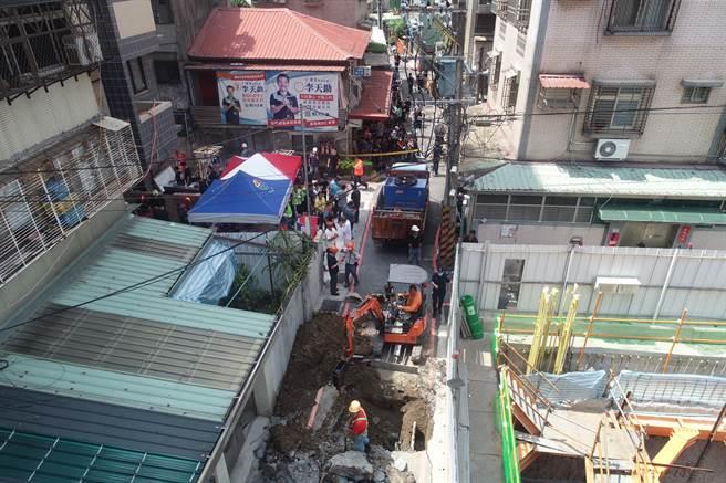 空拍4 永和建築工地路基流失,造成民宅結構受損。(林俊翰翻攝)