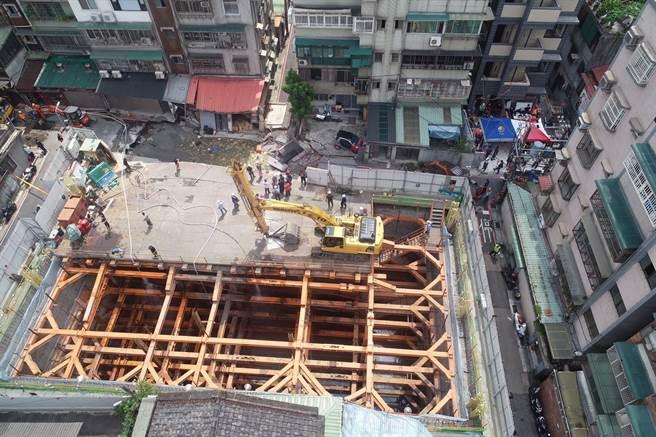 空拍5 永和建築工地路基流失,造成民宅結構受損。(林俊翰翻攝)