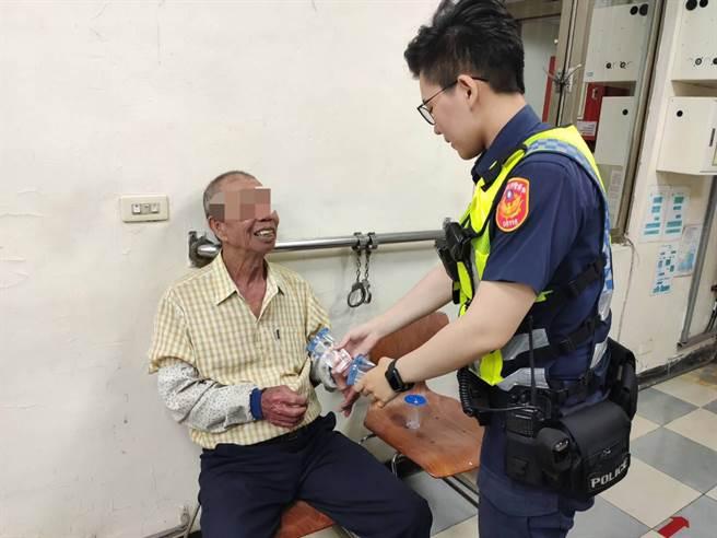 81歲紀姓老翁本想南下前往彰化卻一路騎到平鎮,幸虧員警即時協助才能順利返家。(平鎮警分局提供/黃婉婷桃園傳真)
