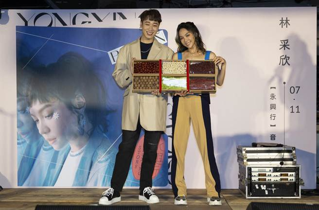 林采欣(右)今開唱邀小賴站台。(華納提供)