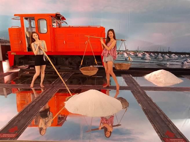 2020一見雙雕藝術季,重現台灣早期七股曬鹽場美麗景緻的「鹽鄉風情畫」景觀。(劉秀芬攝)