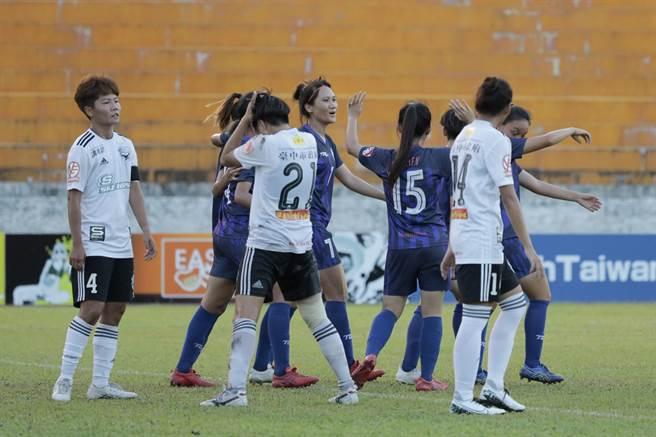 花蓮(藍色球衣)在主場火力展現,以5比2完勝台中藍鯨。(中華足協提供)
