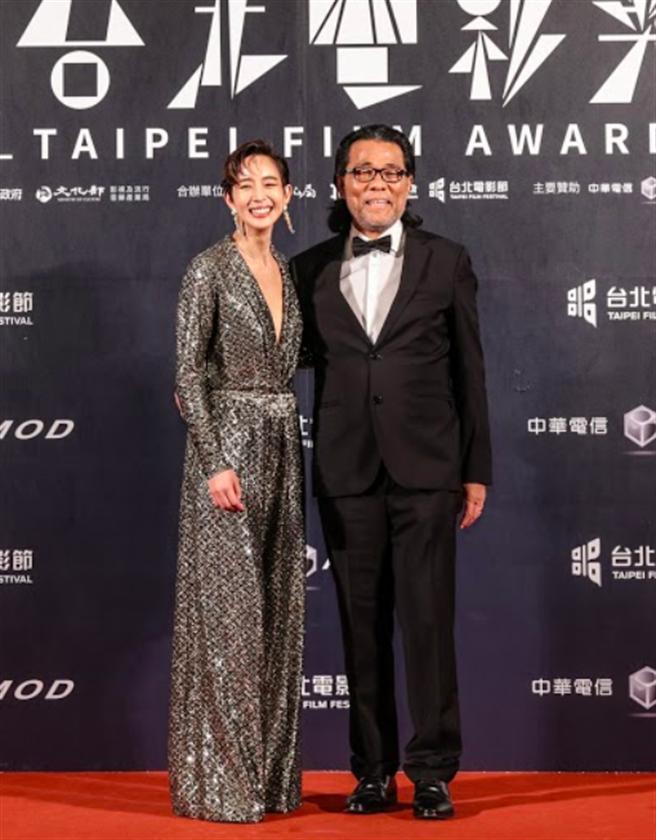 張鈞甯(左)一身高貴優雅,與台北電影節主席李屏賓共踩紅毯。(台北電影獎提供)