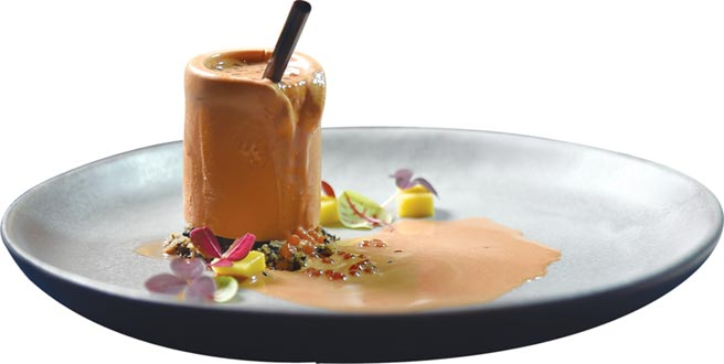 上菜過程充滿儀式感的〈泰式奶茶〉,是以泰式奶茶作成「冰杯」,再倒入真泰奶和迷你珍珠,吃時會融化流漿。圖/姚舜
