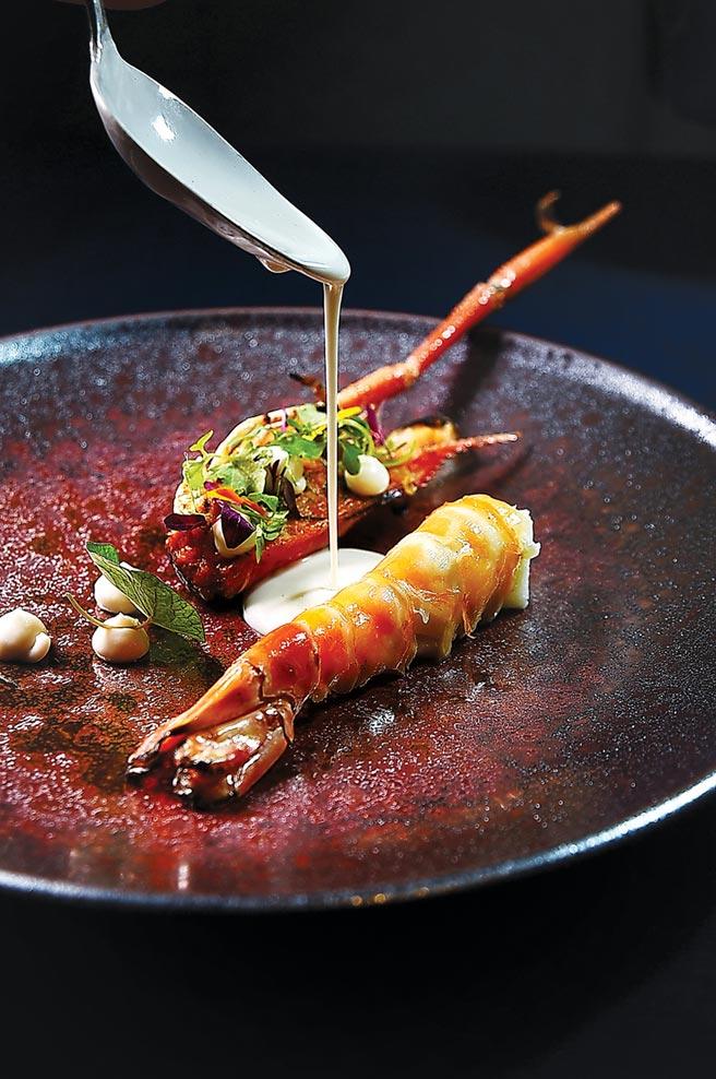 〈泰國蝦/咖哩/南薑〉的蝦頭在蝦膏助威下風味濃郁,蝦身肉質口感飽滿,提味醬汁是用香茅、檸檬葉、南薑放進椰漿煮過,再用魚露跟鹽調味。圖/姚舜