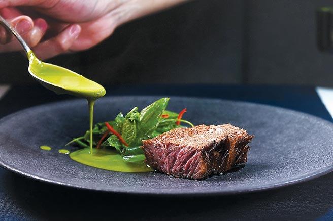 〈牛小排/綠咖哩/馬鈴薯〉是以綠咖哩醬為牛排提味,龍鬚菜下覆蓋的邊菜除切丁馬鈴薯外,還有碳烤切丁的筊白筍,巧妙的風味與口感組合讓人激賞。圖/姚舜