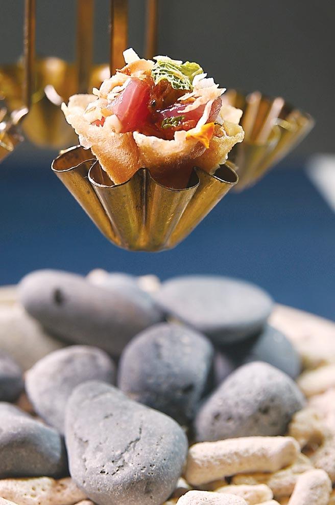 〈鰹魚/棕櫚糖/花生〉是結合西式〈韃靼生魚〉的廚技與泰國皇室料理的精髓,演繹台灣鮮魚風味。圖/姚舜