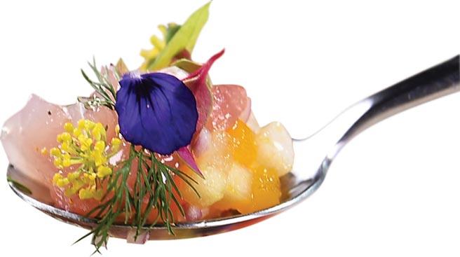 〈紅魽/夏季水果/紅辣椒〉是以青蘋果、蓮霧、芒果切成小丁與紅蔥頭拌在一起搭配紅魽魚肉,裝飾可食的鼠尾草苗、三色莧等食用花,讓菜餚搶眼。圖/姚舜