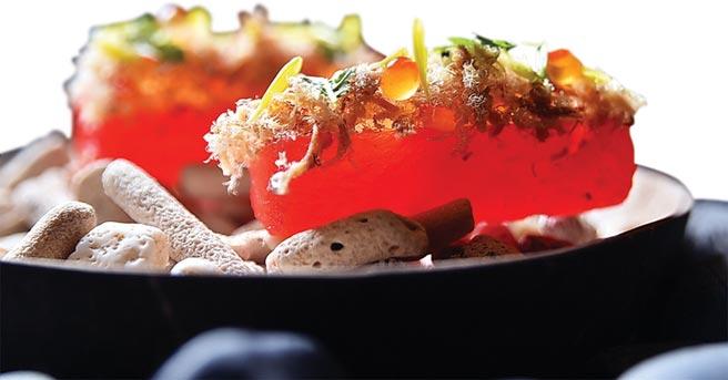 〈西瓜/魚鬆/鮭魚卵〉的西瓜以真空套代壓縮滲透法(compression)賦味後,搭配鮭魚卵和魚鬆成為開胃小食。圖/姚舜
