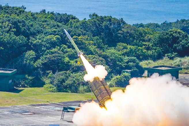 軍事專家指出,延壽案武器性能與質量未提升,但就裝備妥善率與戰備可用率看,仍是必要投資項目。圖為空軍防空部隊在九鵬基地實施愛國者飛彈實彈射擊。(軍聞社)