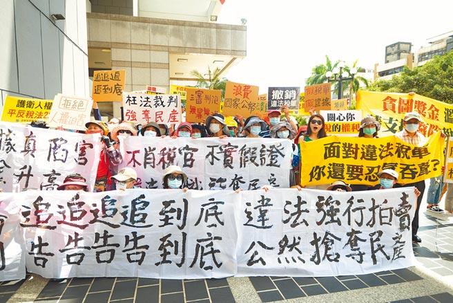 近百名太極門弟子到台中地檢署抗議,要求國稅局撤銷20多年前的違法課稅案。(太極門提供/林欣儀台中傳真)