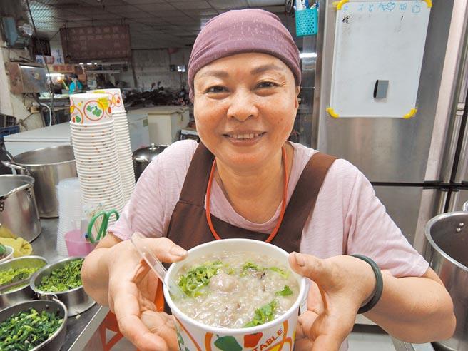 嘉義縣朴子市第二市場有一間無名小吃店,老闆娘蔡玉珠打算退休後,藉著自身好廚藝,造福更多弱勢族群。(張毓翎攝)