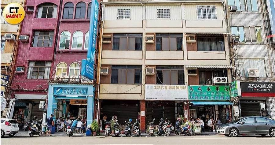裕成水果店(藍色)與義成水果店(綠色)只相隔兩間店面, 背後有段故事。(圖/宋岱融攝)