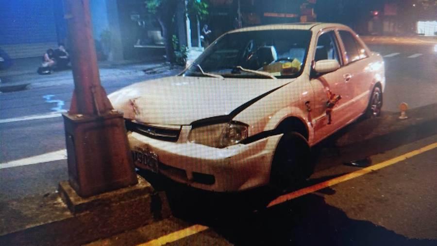 22歲的孔姓男子,駕駛1輛白色福特轎車,因一時失控自撞安全島。(民眾提供/陳世宗台中傳真)