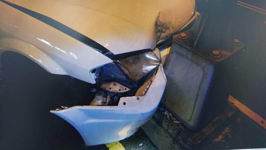 自撞車禍造成自小客車的車體凹陷、機油外溢等。(民眾提供/陳世宗台中傳真)