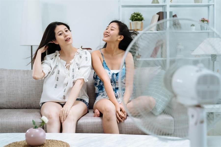 天氣熱用電扇消暑,會比吹冷氣節能省電嗎?網友認為,吹冷氣未必比較貴。此為示意圖。(達志影像/shutterstock)