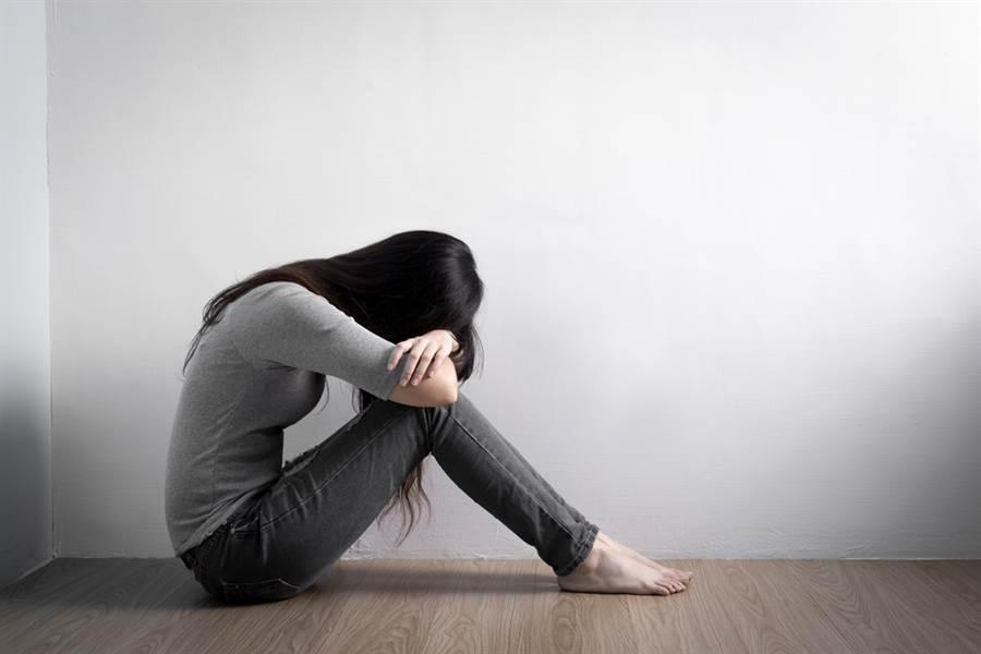 罹癌摘子宮!婆婆辱「不是女人」 她崩潰曝心酸。(示意圖/Shutterstock)