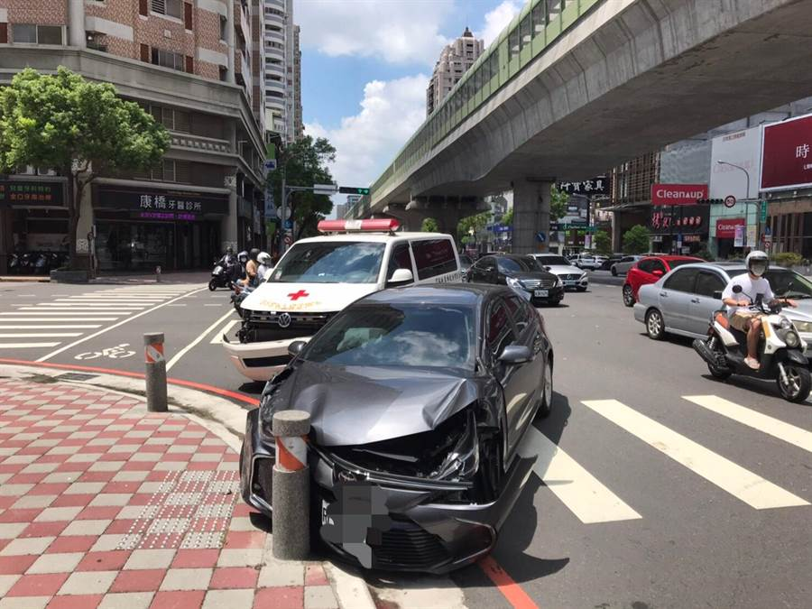 台中市文心路一段與公益路口,今天上午發生救護車與自小客車擦撞的意外。(警方提供/陳世宗台中傳真)