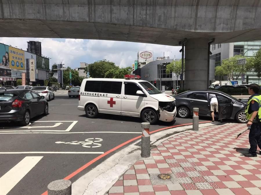 事故發生後,民眾急忙加入救援與協助善後。(警方提供/陳世宗台中傳真)