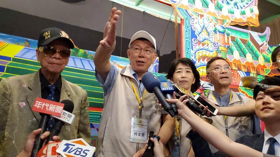 台北市長柯文哲今(11日)帶領40多名市府主管到雲林縣參訪農漁業兩天一夜,柯夫人陳佩琪也陪同,媒體聯訪時他開玩笑「鯊魚來了」,並要求電視媒體退一步。(周麗蘭攝)
