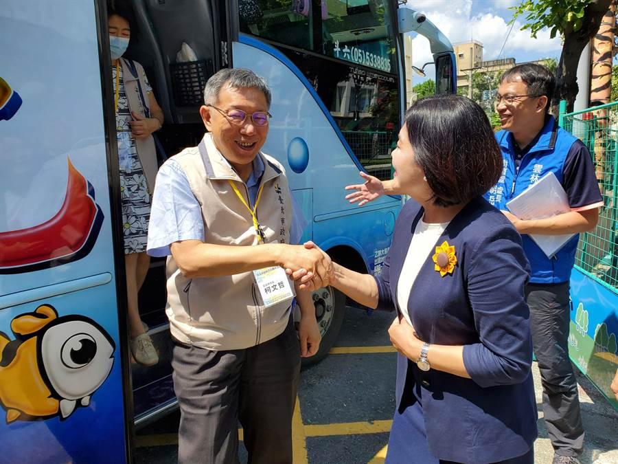 台北市長柯文哲率市府團隊到雲林縣交流,縣長張麗善(右)親自迎接。(周麗蘭攝)