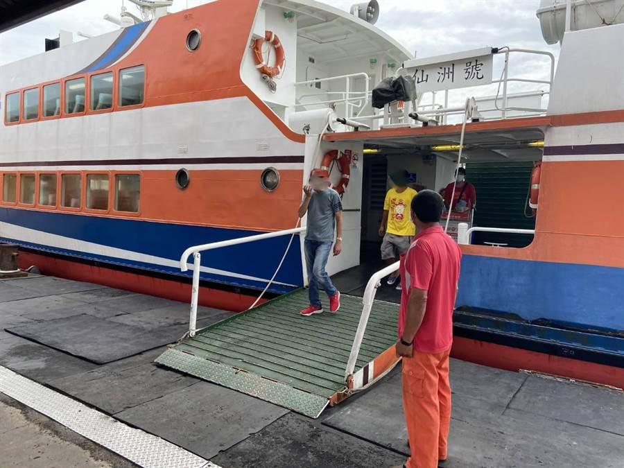往來大、小金門的交通船日前出現1名「露鳥客」,警方循線找到洪姓男子,依違反〈社會秩序維護法》裁處。(警方提供)