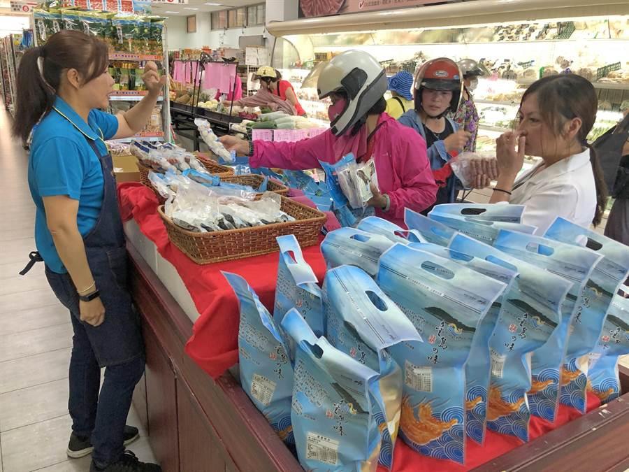 漁會超市也配合推出琉球區漁會專櫃,今天8折特別優惠。(李金生攝)