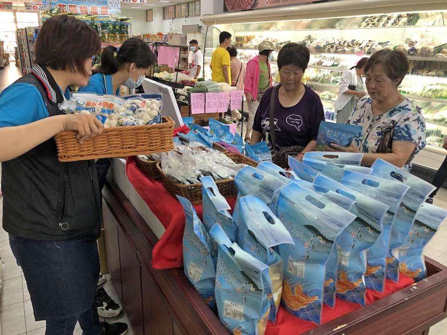 漁會超市也配合推出琉球區漁會專櫃,今天8折特別優惠,有鬼頭刀魚肉乾、魚酥條、魚片、魚排和旗魚丸、飛魚卵香腸、墨魚香腸等多種小包裝產品,吸引不少民眾選購。(李金生攝)