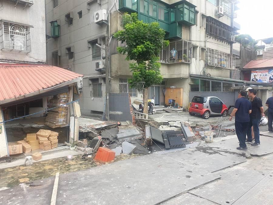 永和建築工地路基流失,造成民宅結構受損。(林俊翰翻攝)