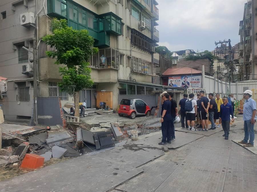 永和文化路建築工地路基流失,造成民宅結構受損。(林俊翰翻攝)
