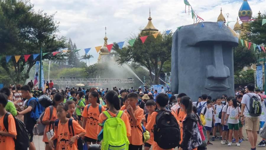 六福村主題遊樂園冰霧派對,引進大型冰槍、超音波迷霧、雪花噴射機,清涼消暑,活動首日吸引上萬遊客參與。(六福村提供/莊旻靜新竹傳真)
