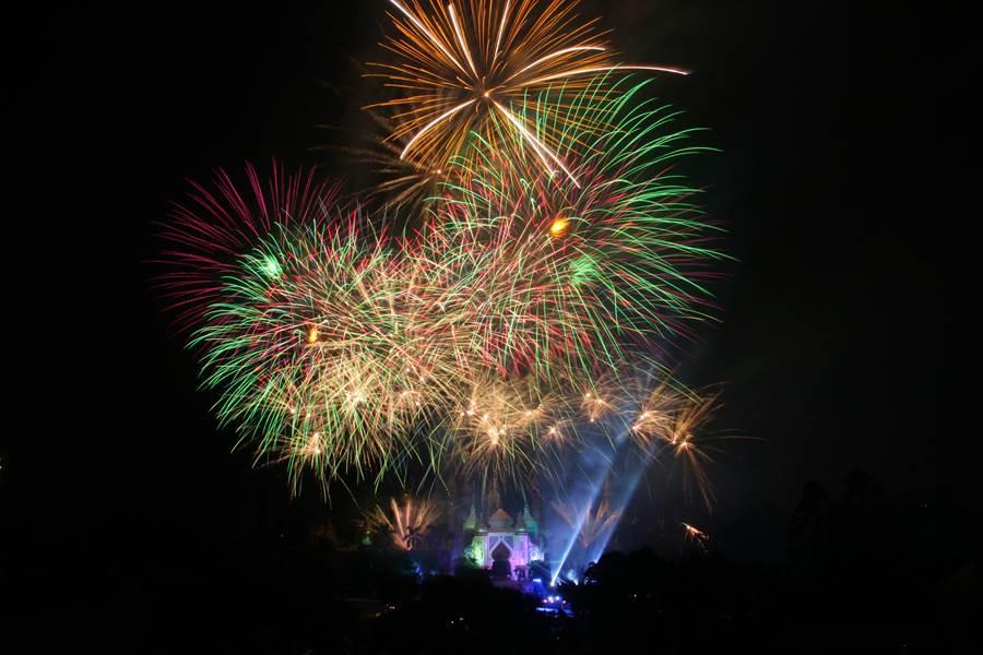 六福村主題遊樂園在夏季周末推出煙火秀,讓遊客可從早玩到晚。(六福村提供/莊旻靜新竹傳真)
