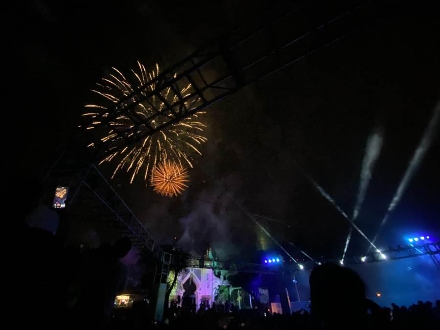 六福村主題遊樂園在夏季周末推出煙火秀,讓遊客可從早玩到晚。(莊旻靜攝)