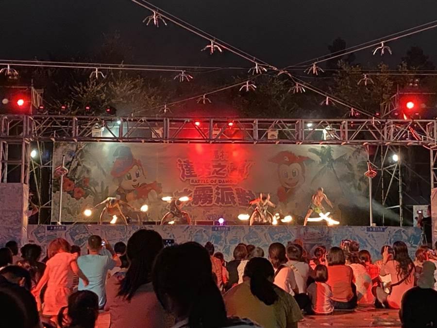 六福村主題遊樂園在夏季周末有火舞表演,讓遊客可從早玩到晚。(莊旻靜攝)