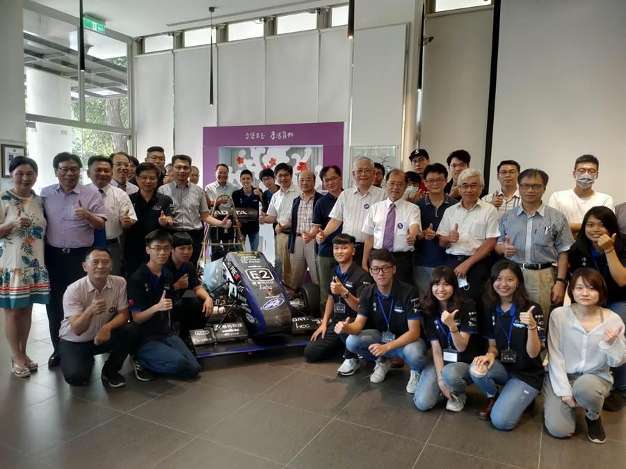 「清大賽車工廠」今(11)日舉行2020新車發表會,公開亮相全新的第五代電動賽車「TH05」,並與威剛科技合作,開發出全台第一套電動賽車四輪驅動系統,同時首度挑戰自主研發減速機,問鼎明年日本學生方程式賽車競賽(Formula SAE)冠軍寶座。(李侑珊攝)