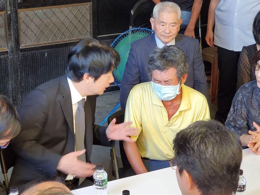 蔡健生談起殉職兒子蔡博宇還是掉眼淚,緊皺眉頭,表情顯得痛苦,左為副總統賴清德。(周麗蘭攝)