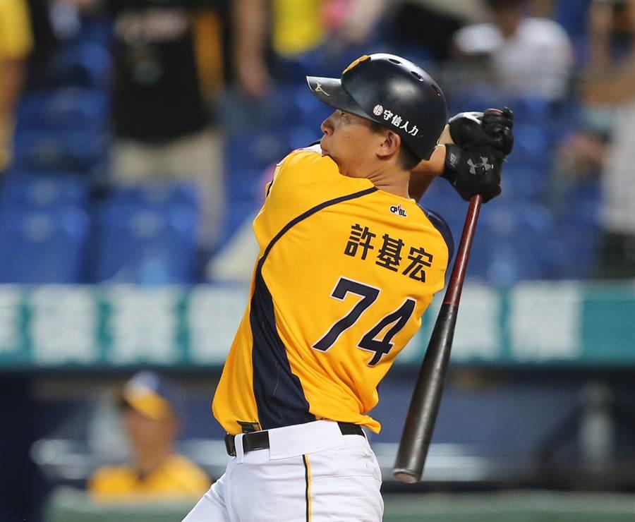 中信兄弟許基宏昨日不僅敲出本季第10轟,還睽違4年跑出盜壘成功。(資料照/黃國峰攝)