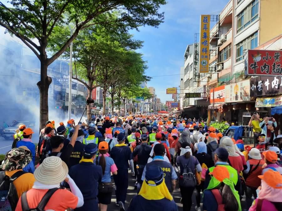 白沙屯媽祖「粉紅超跑」鑾轎11日下午飛快進入台中海線,吸引3萬多名信眾追隨。(民眾提供/王文吉台中傳真)