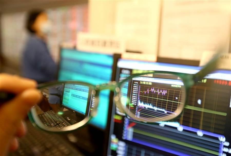 有存股投資人賣掉股票,成了另類萬二畢業文。(資料照)