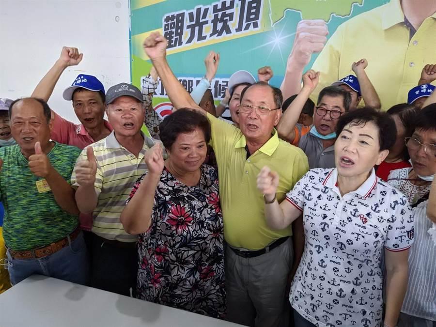 曾輝地(黃衣者)在屏東崁頂鄉長補選中確定當選,與支持者一起高呼「凍蒜」!(潘建志攝)