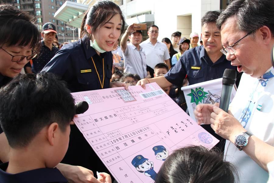 小小警察還對桃園市長鄭文燦開出罰單,上頭寫著「市長,您辛苦了」,也讓民眾哈哈大笑。(警方提供/賴佑維桃園傳真)