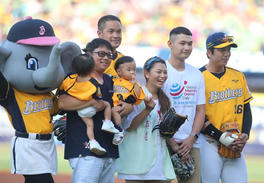 捐髓者李捷宇(右2)、李亞倪(右3)及其家人,一起為中信兄弟開球。(黃國峰攝)