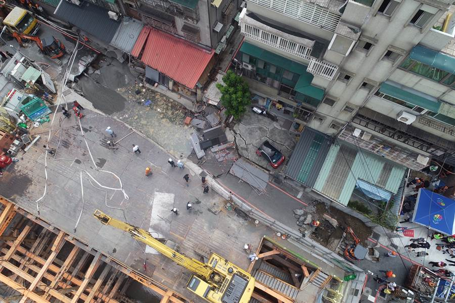 空拍1 永和建築工地路基流失,造成民宅結構受損。(林俊翰翻攝)