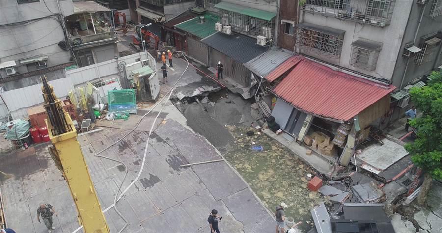 空拍2 永和建築工地路基流失,造成民宅結構受損。(林俊翰翻攝)
