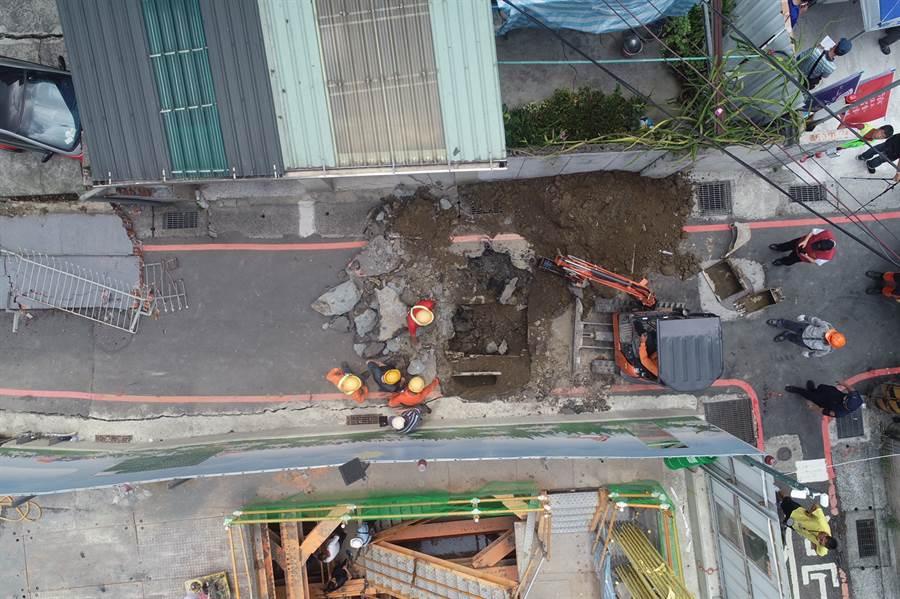 空拍3 永和建築工地路基流失,造成民宅結構受損。(林俊翰翻攝)