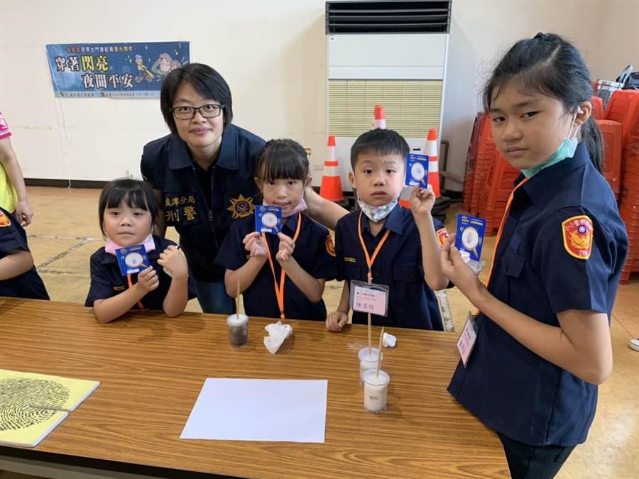 活動也讓學童帶回自製的指紋卡,為本次活動留作紀念。(龍潭警分局提供/黃婉婷桃園傳真)