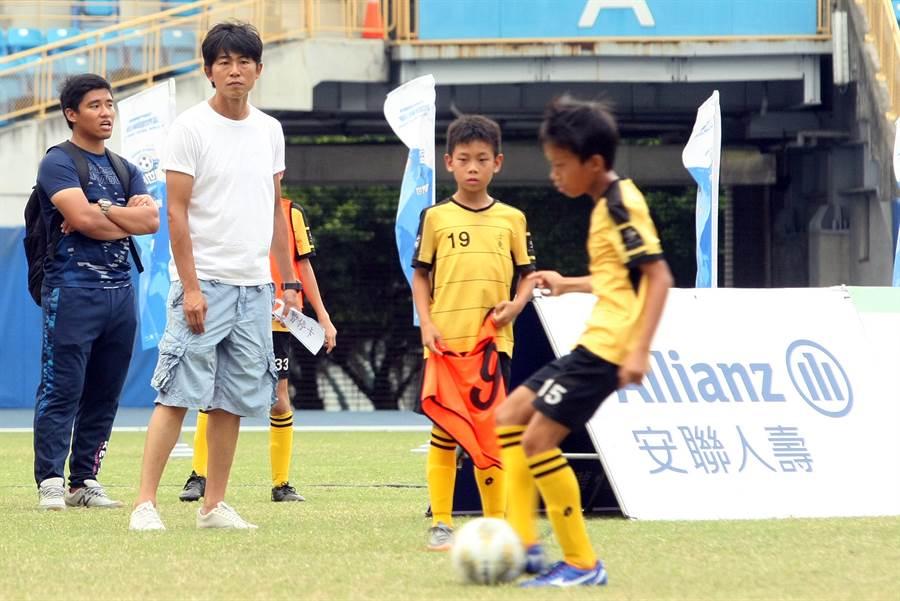 曾代表我國參加五人制世界盃的前國腳王吉成(左二),希望能在基層栽培出好手,成為未來的國腳。(迷你足球協會提供)