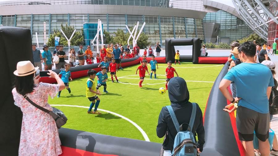 國小世界盃總決賽不但場內激戰,場外也安排幼兒足球賽,場面相當熱鬧。(李弘斌攝)
