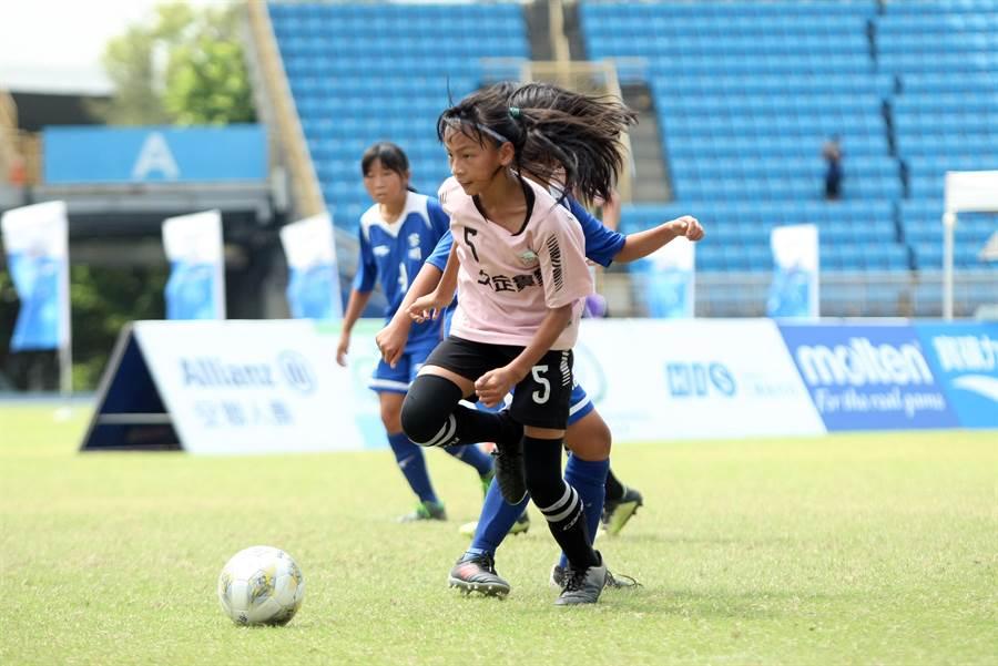 南投水里國小全子宇以超齡球技在4強賽攻入兩球。(迷你足球協會提供)